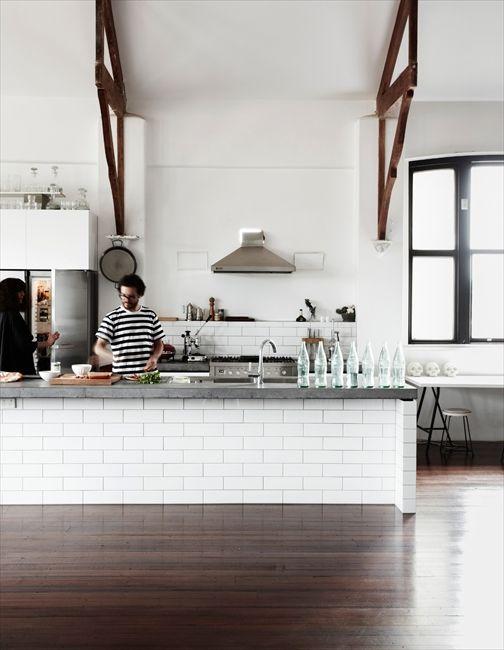 キッチン+カウンター トップはコンクリート? 〈〈The Community Hall〉〉「家族全員がこの家が大好きです。レンが歌を歌いながら走り回っている中、みんなでご飯を作っていると、家っていいなあ、といつも思いますよ」(写真 JAMES GEER)