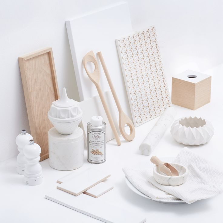 WHITE ... Dyrk det hvide og luftige udtryk i køkkenet med elegante og klassiske accessories i luksusmaterialer som hvid marmor, birketræ og et lille hint af guld. Se stylistens tips til det hvide køkken på jke-design.dk.
