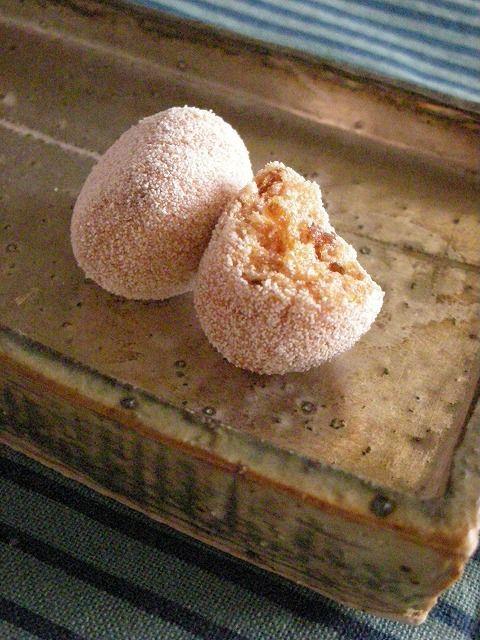 干し柿がはいってるんです♪ とっても美味しい干し柿がこの小さなボールの中にギュッと詰まってるんです 凄くお上品な味なんですよね~  器は、天平窯の...