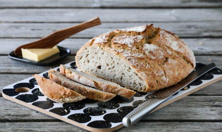 Jeg har fått flere henvendelser fra lesere som ønsker oppskrift på brød med bygg. Det skal det bli, og først ut er dette eltefrie brødet med bygg. Dette er et mettende og smakfullt brød, som betegnes…
