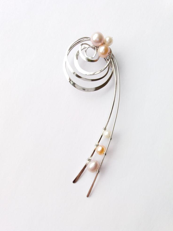"""Brož+B54PO+""""A+přece+se+točí!""""+exkluzivní+perly+Autorský+šperk.+Originál,+který+existuje+pouze+vjednom+jediném+exempláři.Vyniká+jednoduchým+a+přesto+originálním+prostorovým+tvarem,+elegancí+čistých+linií+a+vynikající+kvalitou+i+barevností+v+teplých+tónech+výběrových+perel.+Prostorové+řešení+celého+prvku+způsobuje+to,+že+z+každého+úhlu+pohledu+vypadá..."""