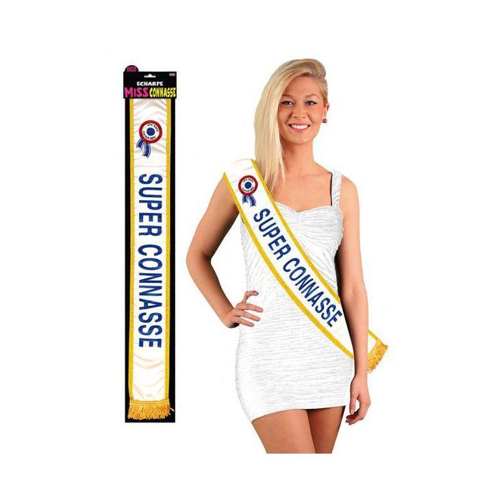 """Cette écharpe """"super connasse"""" est un cadeau humoristique à faire à une amie. Satinée et aux bordures dorées, écriture et franges également bleue et cocarde tricolore, cette écharpe s'apparente à celle de Miss France. Une fois placée sur la poitrine de l'"""