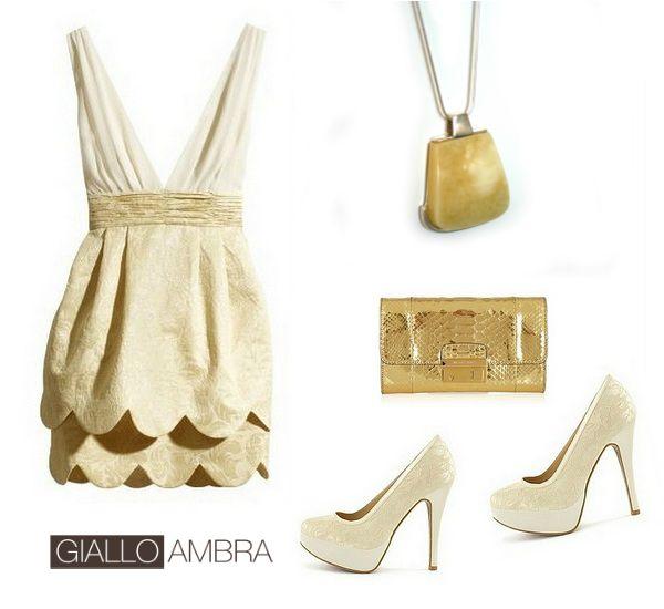 Favoloso outfit da sera: abito, collana con ambra, borsetta e tacco alto. Tutto nelle tonalità neutre: sabbia, crema, panna, color carne e beige.