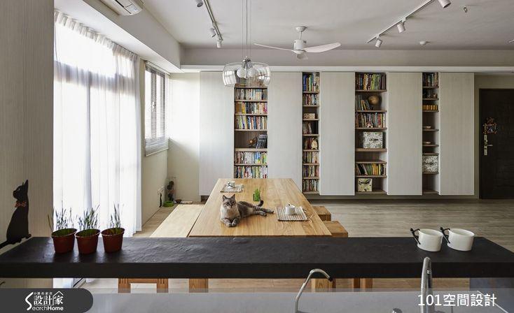家的典型規格,總是從區分客廳、餐廳、書房、臥房等領域開始,如何突破典型規格,在有限坪數內,打造不設限的生活模式?讓我們來到新北市三峽區的 30 坪四口之家,你就能夠體驗到這樣的自在生活;在這個家裡,設計師透過開放式格局規劃公領域,並融入書房機能,打造既是客廳、也是餐廳、更是超大書房的一體空間,創造愛