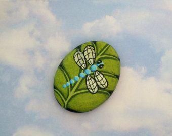 Versandbereit! Silberne Flügel Lavendel lila Libelle hat auf einem brillanten Chartreuse Grün Blatt gelandet. Verhindern Sie, dass die Servietten fliegen aus der Picknick-Tisch mit diesem bunten Wald Tabelle Briefbeschwerer!  Blatt misst ca. 3 1/2 lang x 1 7/8 breit x 3/4 dick und wird First Class Mail in einem gepolsterten Umschlag, begleitet von einer kurzen Biografie über den Künstler und Pflegeanweisungen für Ihr Kunstwerk zu versenden.  Stein-Blatt wurde mit Outdoor-Farben...