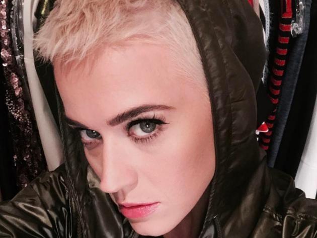 Sängerin Katy Perry hat ihre Fans Anfang März mit einer schicken blonden Kurzhaarfrisur überrascht. Doch Kollegin Miley Cyrus diente offenbar nicht lange als Vorbild. Denn kürzer geht bekanntlich immer! Auf Instagram postete Perry ein Foto, auf dem die neue Radikalkur auf ihrem Kopf zu sehen ist: ein raspelkurzer Pixie-Cut!
