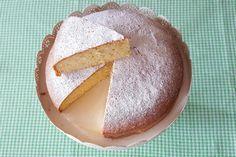 La torta sette vasetti è una torta allo yogurt senza burro, morbida, da preparare senza bilancia, perfetta anche per essere farcita