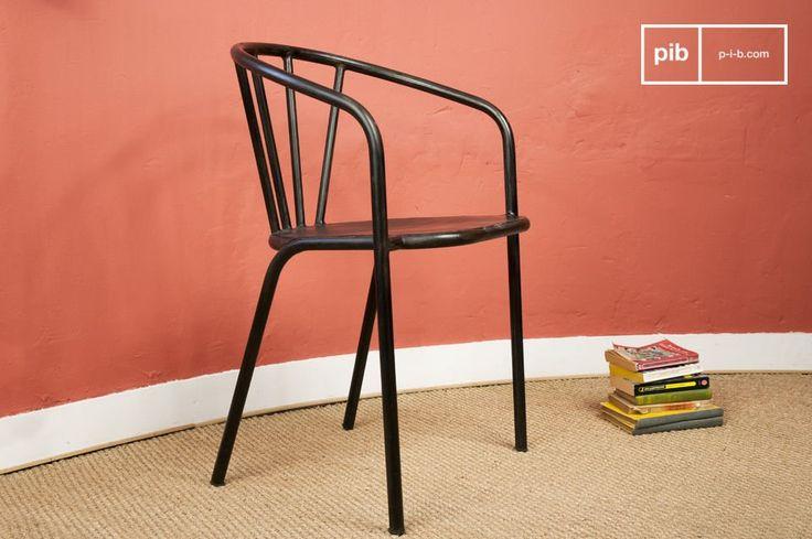 Questa solida sedia trasuda stile industrial attraverso la sua struttura tubolare e il rivestimento in metallo verniciato e invecchiato, di un colore scuro, quasi nero.