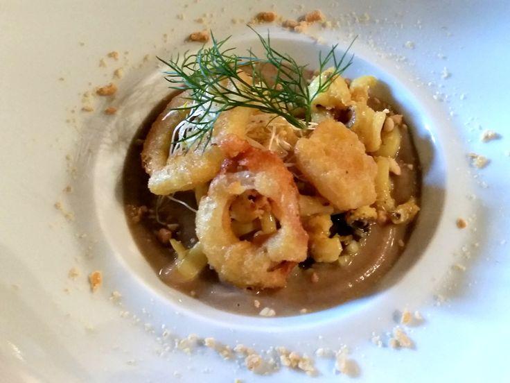 """seppie di Porto Santo Spirito glassate in crema di marroni alla """"Pietra"""", anelli fritti di cipolla e arachidi"""