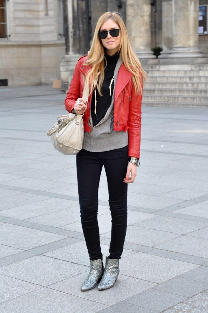 Não são apenas as calças de couro vermelhas que estão fazendo a cabeça das fashionistas, as jaquetas também!!! Já tô aqui passando vontade… também quero uma!!! Fotos: Reprodução
