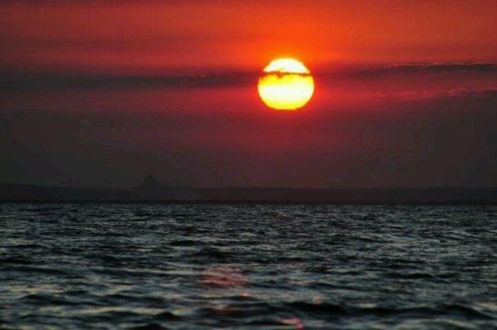 Ver o pôr do sol sentada na areia da praia é magico. Praia do Wimbe, Pemba, Mozambique.