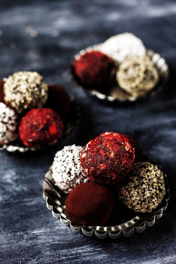 Disse svampede, søde og fristende romkugler er perfekte til eftermiddagskaffen eller det søde punktum. De gemmer på lidt af en hemmelighed, for hovedingrediensen er nemlig sorte bønner. Prøv dem!