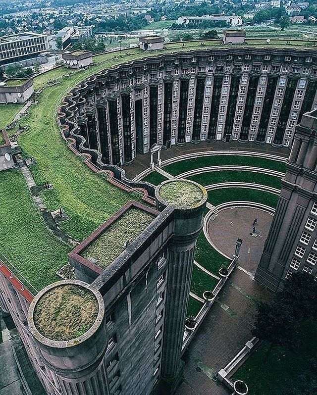 Les Espaces d'Abraxas, Noisy Le Grand in the suburbs of Paris, France. The building is made by architect Ricardo Bofill and has become famous because it is used in the movie The Hunger Games: Mockingjay - Part 2. Photo by @instabruijn
