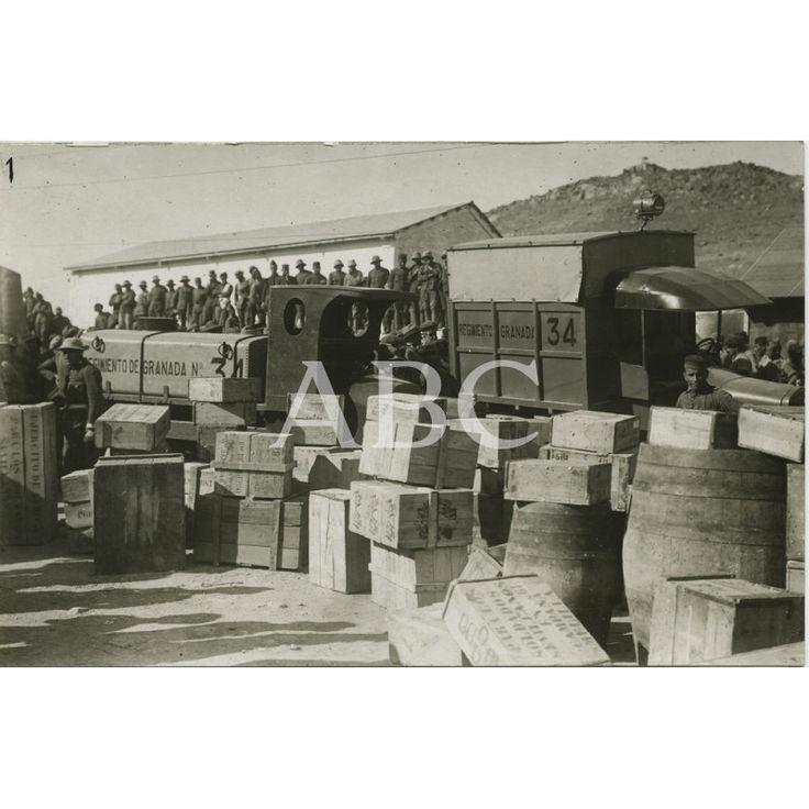 11/1921Los soldados en Segangan viendo los automoviles tanques de agua, atribulancias de sanidad, cajas de tabacos, vinos, duldes y otros regalos.: Descarga y compra fotografías históricas en | abcfoto.abc.es