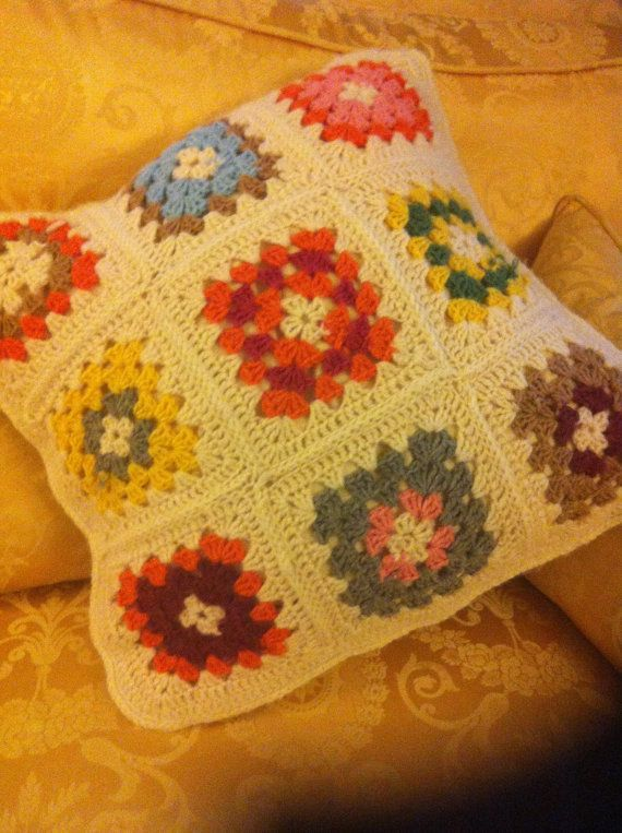 crochet  cuscino  fatto a mano all' uncinetto in lana