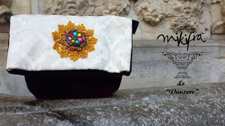 Pochette, Le Vanvere di Mikifrà. Sacrestana: Mini Bag in damasco panna e velluto colore bordeaux. Decorazione centrale con cristalli multicolore e merlettino.
