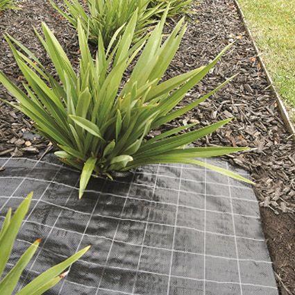 Anti worteldoek kan bij veel klussen gebruikt worden zoals bij tuinpaden, grindpaden, in de moestuin of onder volders en stenen. Het doek gaat groei van onkruid en wortels tegen en is makkelijk op eigen maat te knippen.