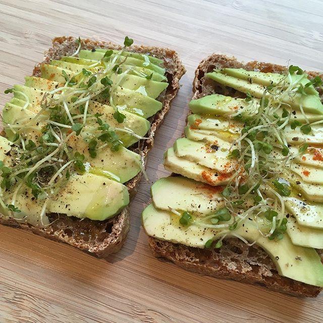 Avotoast med brokkolispirer, pepper og litt chilli 👌🏻#avotoast #surdeigsbrød #avokado #naturligsunn #spirer