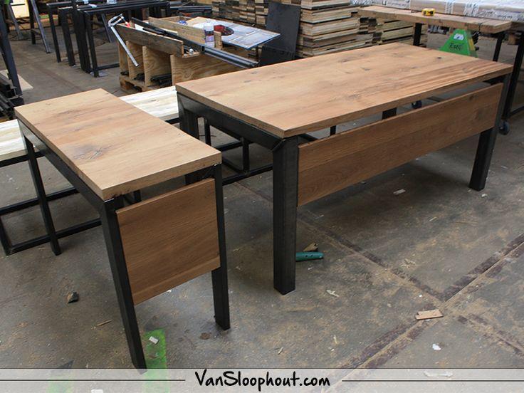 Bureautafel van Vintage oak en een stalen frame! Geen standaard werktafel voor in je kantoor, maar geheel op eigen ontwerp en maten.  #eikenhout #oak #tafel #tafelblad #werktafel #kantoortafel #custommade #maatwerk #interieur #interior #industrieel #industrial #frame #robuust #vtwonen