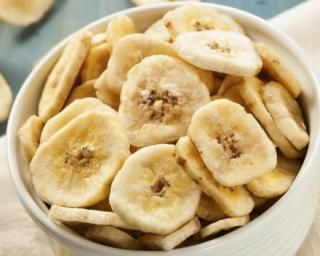 Chips de bananes plantain au four : http://www.fourchette-et-bikini.fr/recettes/recettes-minceur/chips-de-bananes-plantain-au-four.html