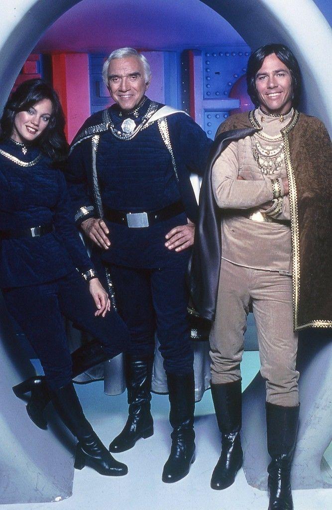Lorne Greene no centro era pai no seriado dos atores de seu lado na série Galactica