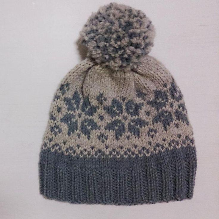 Kjappstrikka lue i en myk og varm alpakka/ullblanding. Raske strikkere tar denne på en kveld. Oppskriften er for voksen M/L. Blir det for stort så juster maskeantallet, den nederste delen av mønsteret går opp i 4, den øverste i 14. Lua er cirka 25 cm i diameter over ribben, og sitter godt på hodet, Quick knitted hat in a soft and thick alpaca/wool blend. Experienced knitters will manage this in one evening. The pattern is for adult size M/L. If this is too large, adjust th...