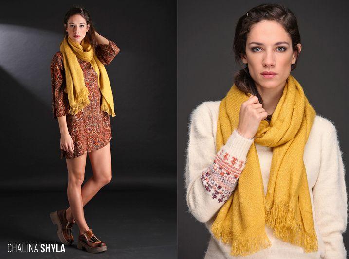 Realizada en lana combinada con lúrex con un delicado labrado. Formato rectangular. Abrigada y hermosa.