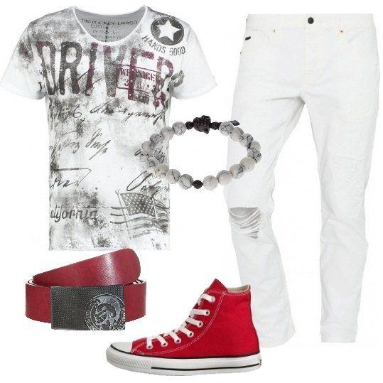 Jeans slim con strappi di colore bianco, t-shirt con stampa, sneakers alte Converse di colore rosso, come la cintura in pelle con chiusura a gancio Diesel. Completo con bracciale in vetro e metallo. Un look perfetto per il tempo libero.