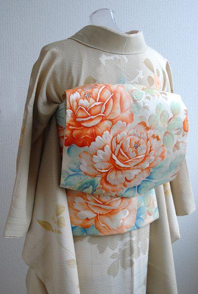 お誕生会は薔薇づくしでフローラルになるよう頑張ってみました☆ 手持ちは小紋が多いので、留袖や色無地以外の紋付訪問着はこれ1枚だけかも。 やさしい色で薔...