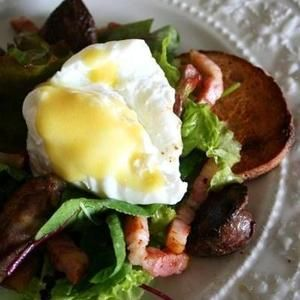 リヨン風サラダとはサラダ+ベーコンソテー+パン・クルトン+ポーチドエッグです。 ちなみにサラダ+鶏肝+砂ずりコンフィ=ブレス風サラダ。 フランスでもごっちゃになっているので、お気になさらず召し上がれ!