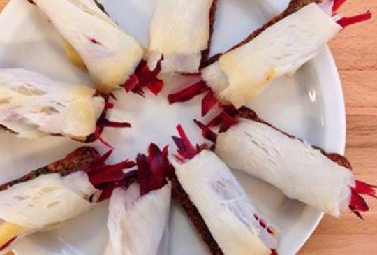6 stk. 100 g rødbeder 2 tsk. sennep Salt og peber 6 skiver røget hellefisk (ca. 200 g) 3 skiver rugbrød