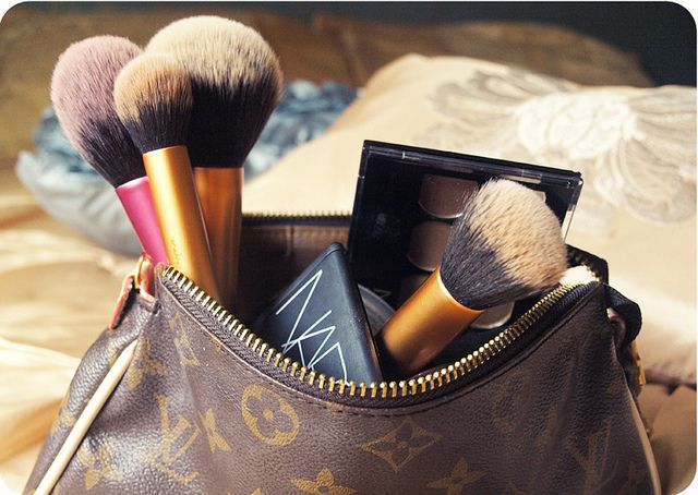 WHAT'S IN MY TRAVEL MAKE-UP BAG