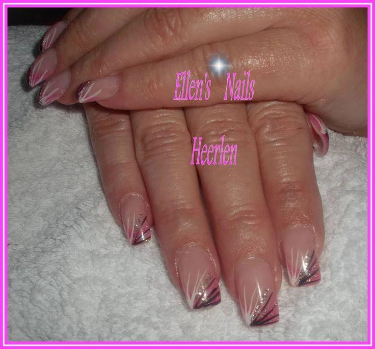 Rose french manicure met zwart/witte stripes gescheiden door zilveren glitters