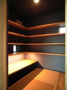 今日のご紹介は『書斎』。 くま吉のお部屋です。 寝室の中に入り口があります。 一段上がって畳が2枚。 ブラウンの和紙畳です。 色が違って見えるのは目の方向が違うからなのですが、 こんなに狭いスペースなので、 同じ方向のほうがよかったんだけどなぁ… 出来上がって...