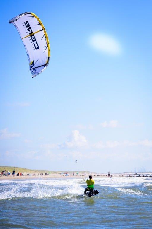 Kitesurfing er populært på Hvidbjerg Strand.