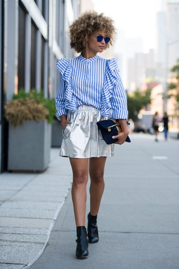 Nem as peças clássicas estão imunes às tendências da moda! No caso, a camisa azul, em versão lisa ou listrada, que ganhou babados mil. Inspire-se no olhar fashion de várias cool girls do mundo e saiba como usar: