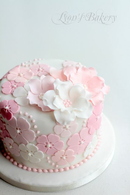 Cake Art Flowers : Best 25+ Fondant flower cake ideas on Pinterest Pretty ...