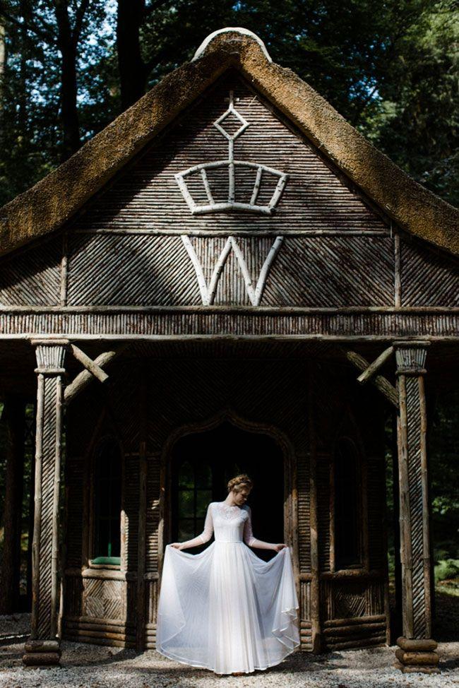 Is jouw trouwjurk te wit? Dompel je jurk in een theebadje. // Fotograaf: Suegraphy // Girls of honour