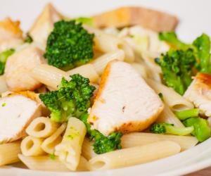 Těstoviny s kuřecím masem a brokolicí