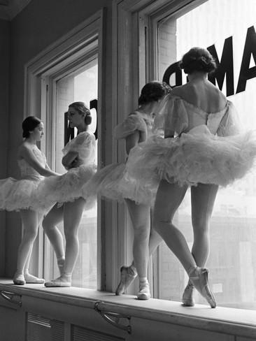 Ballerina's op vensterbank in oefenruimte van George Balanchine's School of American Ballet Fotoprint