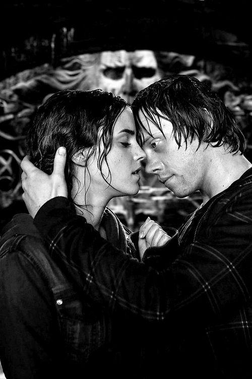 ron weasley (rupert grint) and hermione granger (emma watson) kiss deathly hallows part 2 (harry potter 7)