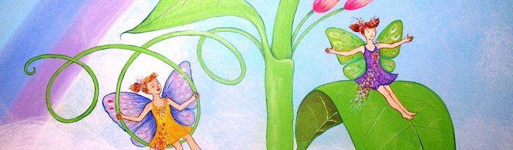 Ένα παραμυθένιο κοριτσίστικο δωμάτιο, με φωτεινά και χαρούμενα χρώματα. Μικρές νεραϊδούλες κοιμούνται ή παίζουν στα λουλούδια και στα φύλλα, και στον γαλάζιο ουρανό με το πανέμορφο ουράνιο τόξο πετ…