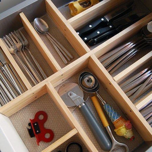 Cubertero de madera DIY  Cubertero de madera vs organizador de cubiertos. La diferencia está en el precio y en lo bien que puedes optimizar el espacio de los cajones de tu cocina. En el blog te enseño cómo hacer un organizador de cubiertos como este. #diy #ordenencasa #ideasconvida