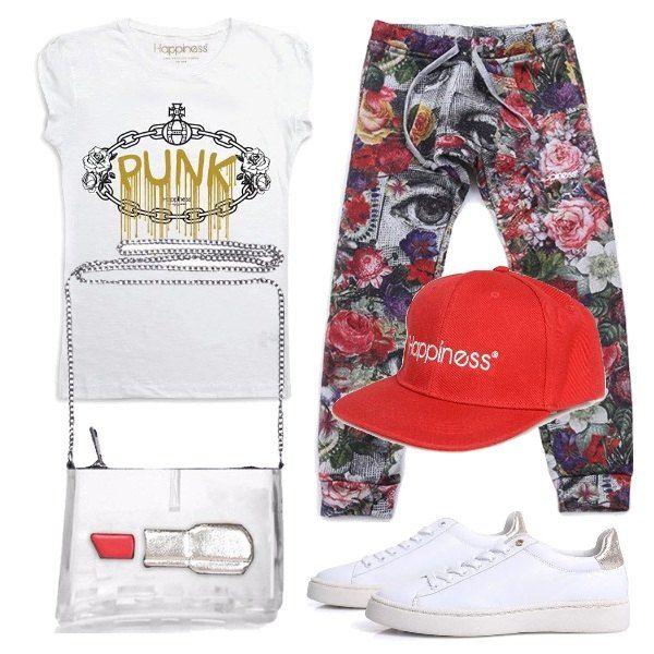 Maglietta bianca con stampa, pantaloni comodi con stampa a fiori, sneakers bianche basse con lacci, tracolla argentata con applicazione e cappellino rosso.