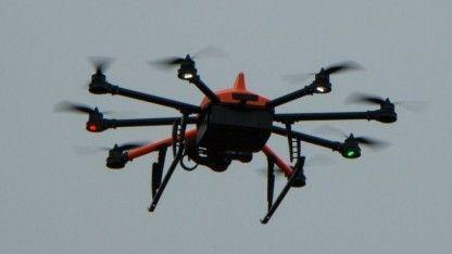 Ruhig in der Luft, schnell und wendig - der Inspector S ist ein Octocopter, der für den Einsatz in der Industrie gedacht ist. Das Besondere: Seine Kamera kann auch nach oben