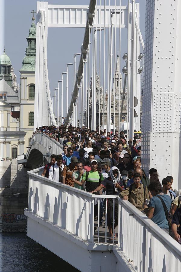 Budapest, 04-09-2015 Refugees cross Elizabeth Bridge walking to Vienna, Austria