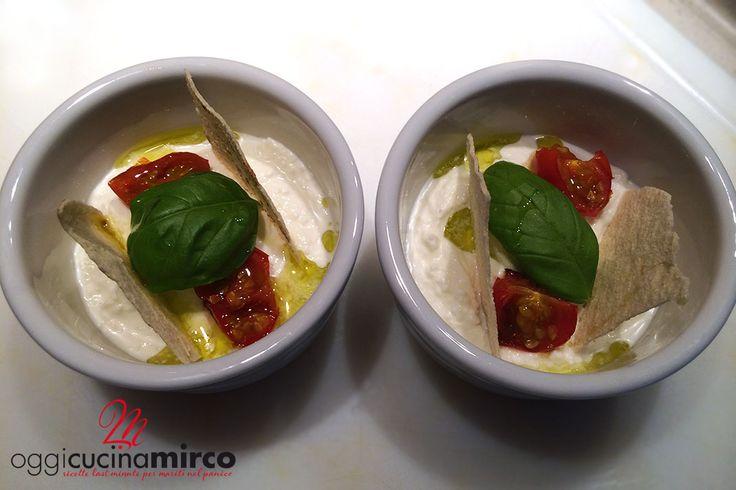 La crema di burrata con pomodorini e pane carasau è una ricetta originale dello chef Antonino Cannavacciuolo. Vediamo insieme come realizzarla.