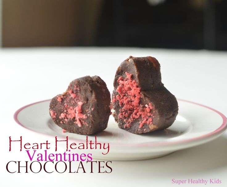 Heart healthy chocolates for kids- Met cacao, walnoten en dadels. Decoreren met gedroogd fruit of pindakaas en geraspte kokos of muesli. #bakken #kinderen #chocolaatjes