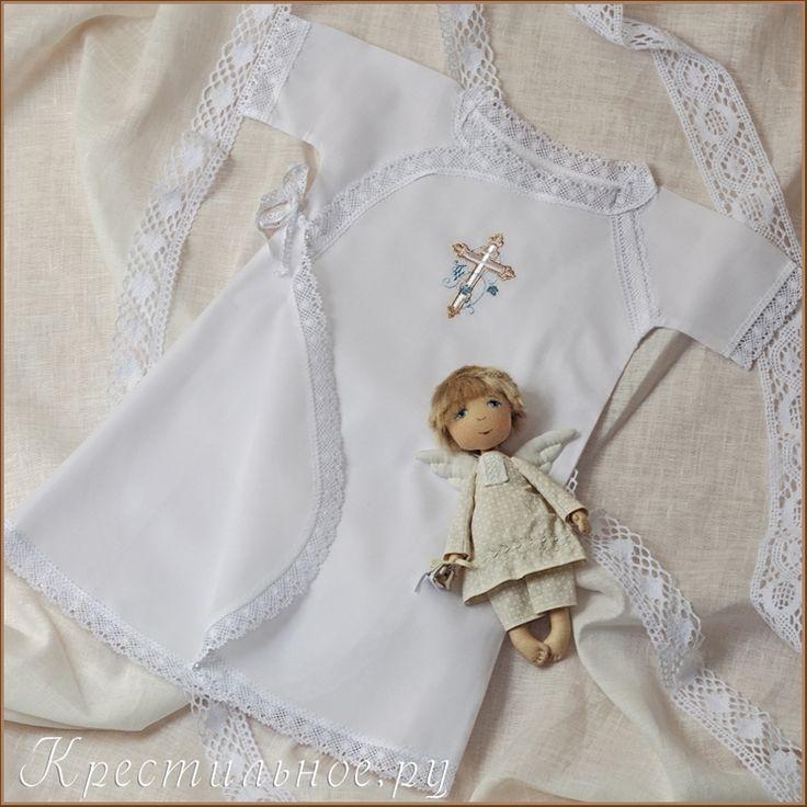Длинная распашная рубашка для Крещения мальчика с вышитым православным крестиком.  Рубашка имеет покрой типа халат-кимоно с двумя парами завязок по бокам.