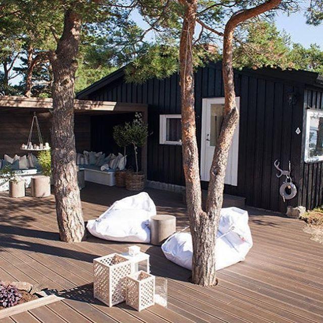 Skal ikke kjimse av ei svartmalt hytte i skjærgården #eventyrligoppussing #hytte #hytteliv #bamble #skjaergard #eksteriør #uteplass #putebonanza @tv3norge @nidnorge